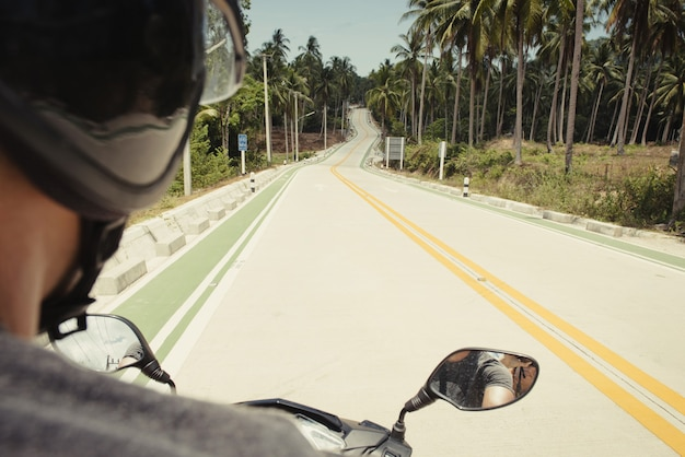 스쿠터 운전자의 관점에서 고속도로에서 봅니다. 태국, 팡안에서도 관광객의 뒷모습.