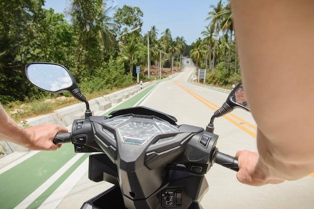 스쿠터 운전자의 관점에서 고속도로에서 봅니다. 거울과 속도계