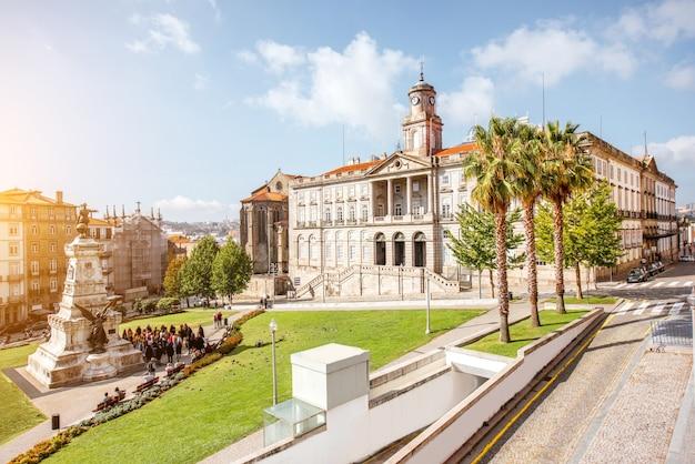 Вид на площадь инфанте дом энрике в городе порту, португалия