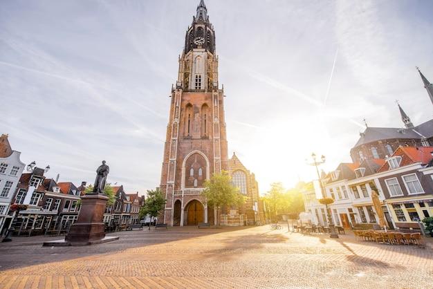 Вид на новую церковь на центральной площади солнечным утром в городе делфт, нидерланды
