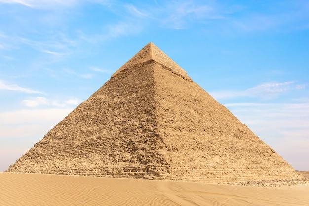 エジプト、ギザのカフラー王のピラミッドの眺め。