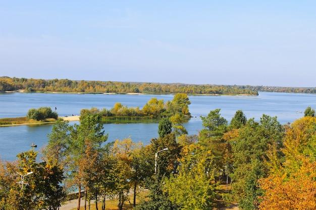 가을에 드네프르 강에서 보기