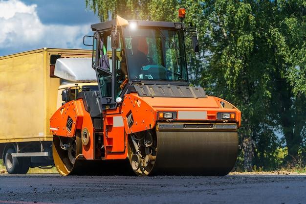Вид на дорожные катки, работающие на строительной площадке новой дороги. селективный акцент на ремонте дорог. крупным планом