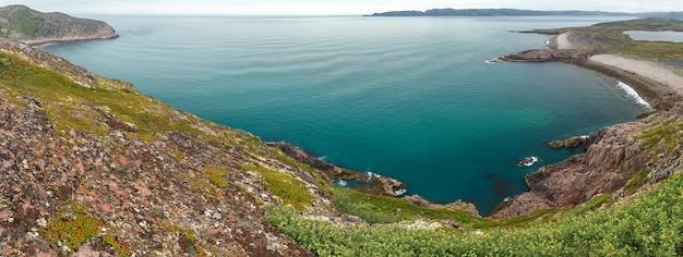 Вид на скалистый берег баренцева моря. кольский полуостров, арктика. россия.