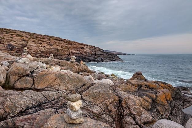 Вид на скалистый берег баренцева моря. кольский полуостров, арктика, россия.