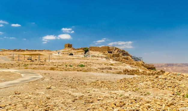 Вид на руины крепости масада - иудейская пустыня, израиль