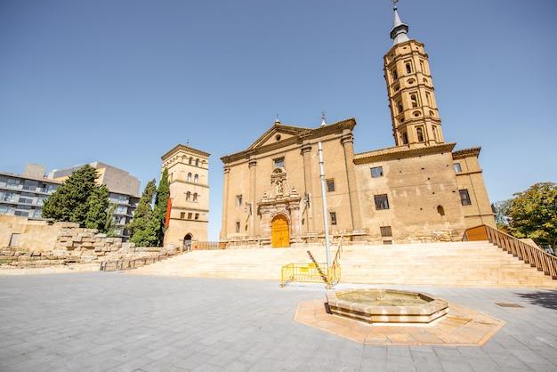 スペインの晴れた日のサラゴサ市の中心部にあるピラール広場の聖フアン教会の眺め