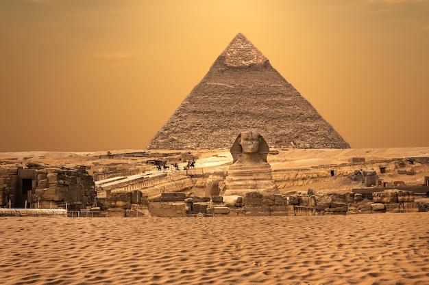 エジプト、ギザ砂漠のスフィンクスとピラミッドの眺め。
