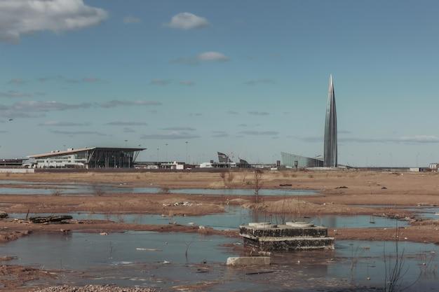 Вид на башню в безлюдном пейзаже.