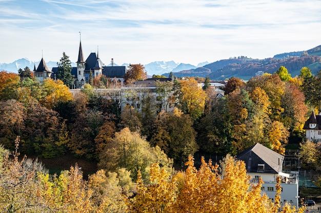 秋のベルンとベルン歴史博物館とアーレ川の眺め
