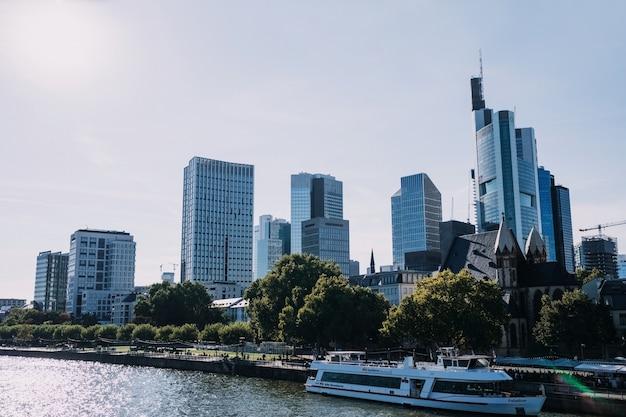 ドイツのフランクフルト市とマイン川のビジネスセンターの眺め