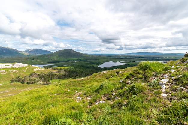 Вид на derryclare nature resrve с вершины горы derryclare.