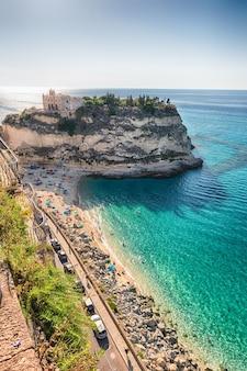 Вид на пляж изола-белла, культовое приморское место в тропее, морской курорт, расположенный на берегу залива святой евфимии, части тирренского моря, калабрия, италия