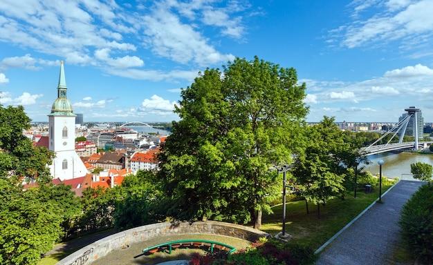 Вид на братиславу и реку дунай из замка (словакия)