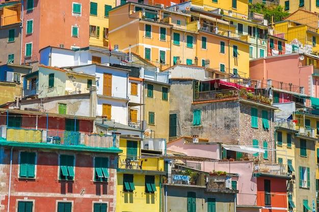 Вид на разноцветные дома чинкве-терре