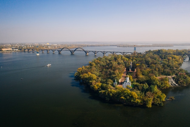 キエフのドニエプル川を見渡せます。空中ドローンビュー。