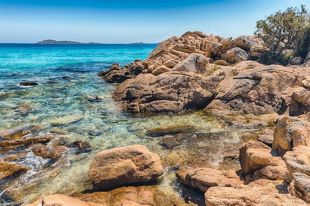 Costa smeralda, 북부 사르데냐, 이탈리아에서 가장 아름다운 해변 장소 중 하나 인 capriccioli의 매혹적인 해변을 감상하십시오.