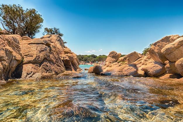 이탈리아 사르데냐 북부의 코스타 스메랄다에서 가장 아름다운 해변 중 하나인 매혹적인 카프리치올리 해변의 전망