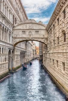 Вид на знаменитый мост вздохов, одну из главных достопримечательностей венеции, италия.