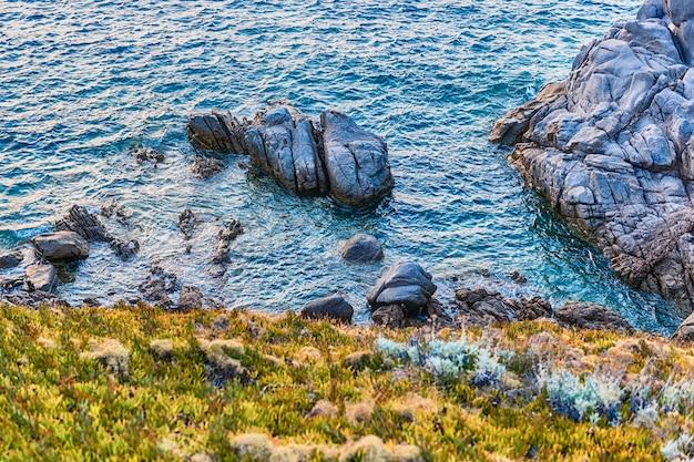 산타 테레사 갈 루라, 북부 사르데냐, 이탈리아에서 가장 아름다운 해변 명소 중 하나를 장식하는 아름다운 화강암 바위 위로보기