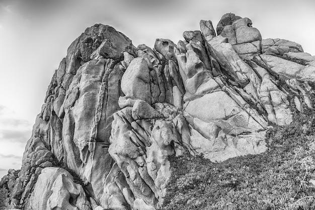 Вид на живописные гранитные скалы в санта-тереза-галлура