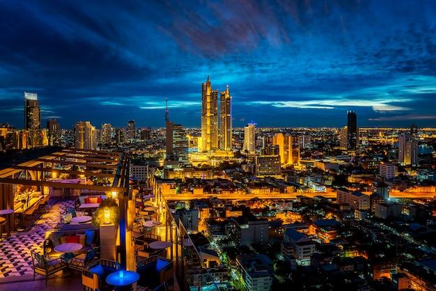 Точка зрения с крыши отеля из города бангкок с баром и фоном с двумя башнями, таиланд