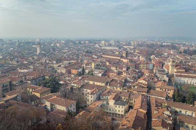 Смотровая площадка из замка в городе брешиа в солнечный ясный день на фоне ярко-синего неба. замок брешиа. брешиа, ломбардия, италия.