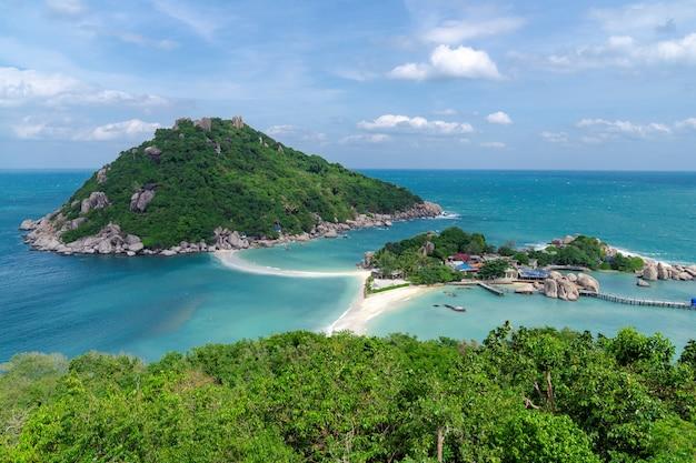 Смотровая площадка с вершины горы, вид на пляж, море и природу острова нангюань, место для туристов в сураттани, таиланд.