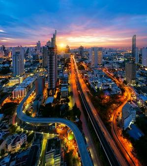 Смотровая площадка на город бангкок с рекой чаупрайя,