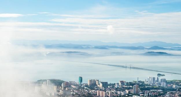 Панорама пенанга (джорджтаун) в малайзии, видно из пенанг хилл