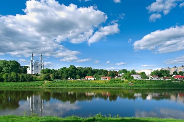 Вид на реку западная двина в полоцке. витебская область, беларусь