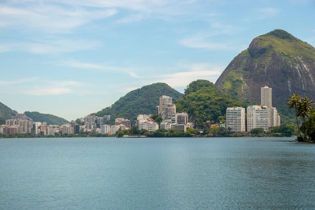 Осмотрите лагуну родриго де фрейтас в рио-де-жанейро, бразилия.