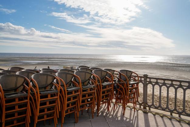 Вид на морской пляж андернос-ле-бен в заливе аркашон, кафе, терраса, место в понтоне во время отлива