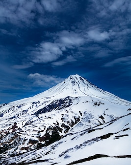 View of the snowy volcano vilyuchinsky  in kamchatka Premium Photo