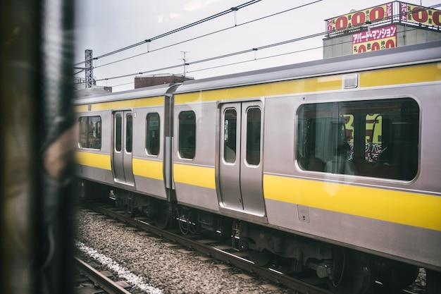 Vista di un treno della metropolitana in città
