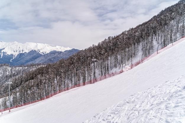 スキーリゾートクラスナヤポリャナ、ソチ、ロシアのコーカサス山脈を見る