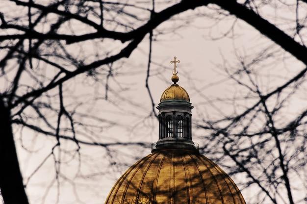 サンクトペテルブルクの聖イサアク大聖堂のドームにある木の枝を通して見る