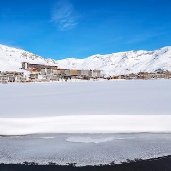 Vista del villaggio e del lago di tignes in inverno, francia.