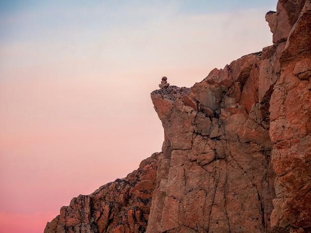 北極の空の大きな崖を眺める。美しい岩のあるミニマリストの風景。とがった岩のある素晴らしい極地の風景。