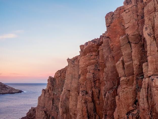美しいロッキーと北極の空のミニマリストの風景の大きな崖を見る