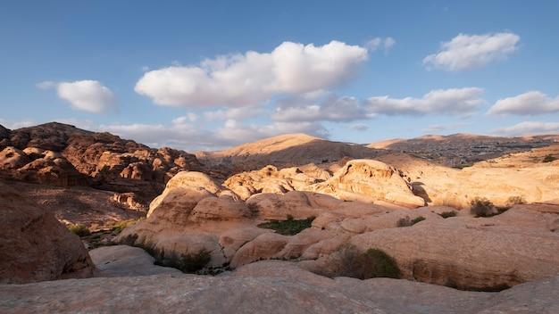 ワディムーサの街を眺める。ヨルダンのペトラ国立公園近くの暑い砂漠の山々にある軽い石灰岩の崖