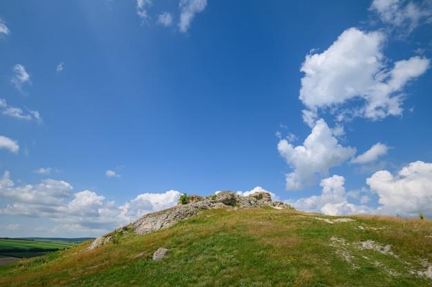 몰도바 북쪽의 석회암 암석 잔류물 보기