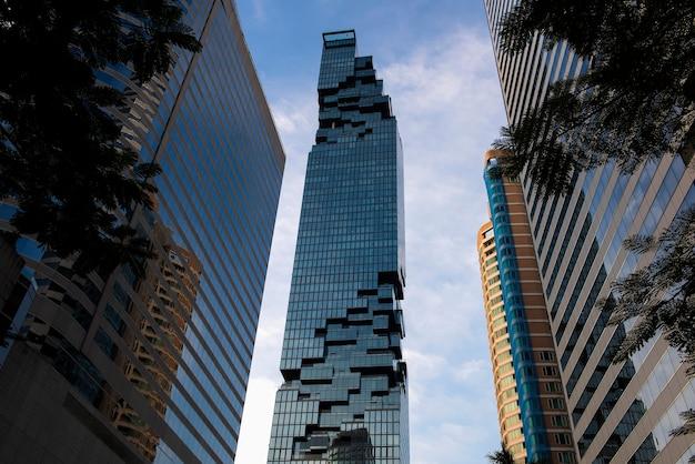 マハナコン(タイで最も高いビル)の眺めタイのシロムとサトーンの中心部にあるビジネス地区にあります