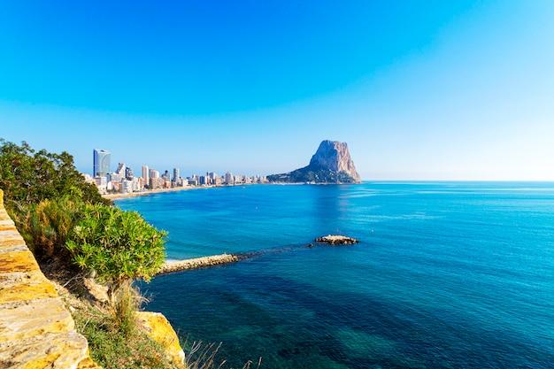 地中海、カルプ、バレンシア県、コスタブランカ、スペインで有名なロックペノンデイファチへの眺め