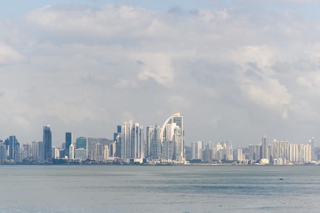 Вид на город панама с моря в дневное время панорама города современные здания