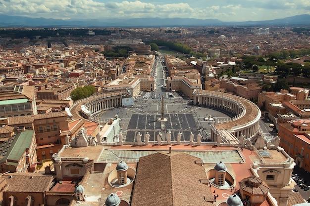イタリア、ローマ、サンピエトロ大聖堂のドームからサンピエトロ広場を眺める