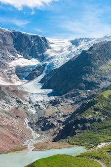 Вид на штайнглетчер и штайнзее рядом с sustenpass в швейцарских альпах