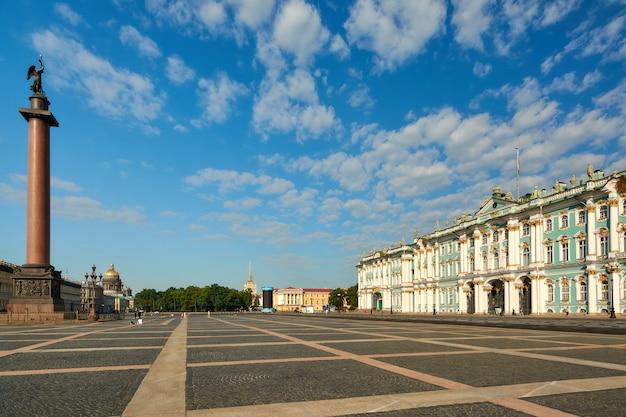 Вид на адмиралтейский исаакиевский собор и александровскую колонну в петербурге