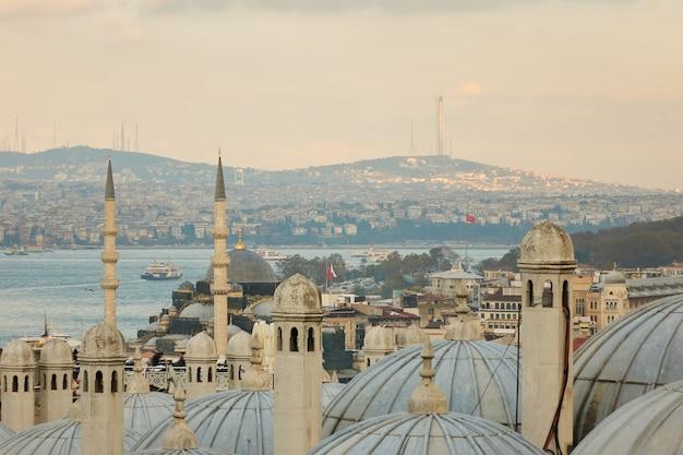 Вид на золотой рог и купол мечети, стамбул, турция