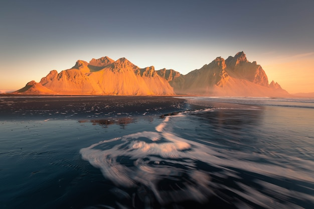 Вид на гору вестрахорн с пляжа стоккснес в исландии